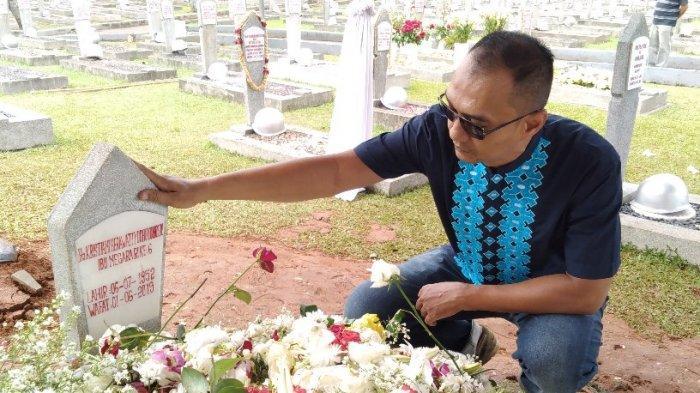 Doakan Ani Yudhoyono, Warga Slipi Jakarta Barat Ini Sengaja Datang ke TMP Kalibata