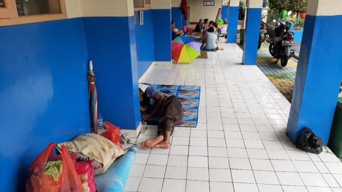 Rumahnya Terendam Banjir, 100 Kepala Keluarga di Kemang Mengungsi di Sekolah