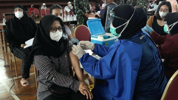 Warga saat mengikuti vaksinasi massal Covid-19 di GOR Ciracas, Kecamatan Ciracas, Jakarta Timur, Minggu (18/7/2021).