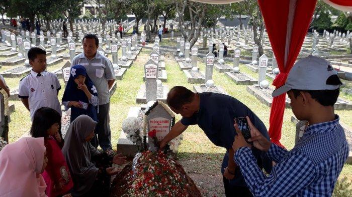 Putra Habibie Tak Permasalahkan Warga Serbu dan Selfie di Makam Ayahnya