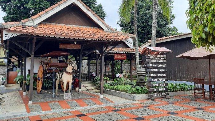 Warung Gedokan di Anjungan Jawa Timur TMII, menawarkan masakan khas Jawa Timur dengan suasana khas Jawa Timur. Foto diambil pada Minggu (10/1/2021).