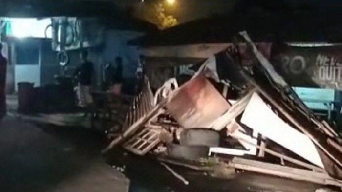 Bawa Ekskavator dan Tak Kuat Menanjak, Truk Mundur Menabrak Warung Kopi di Ciputat