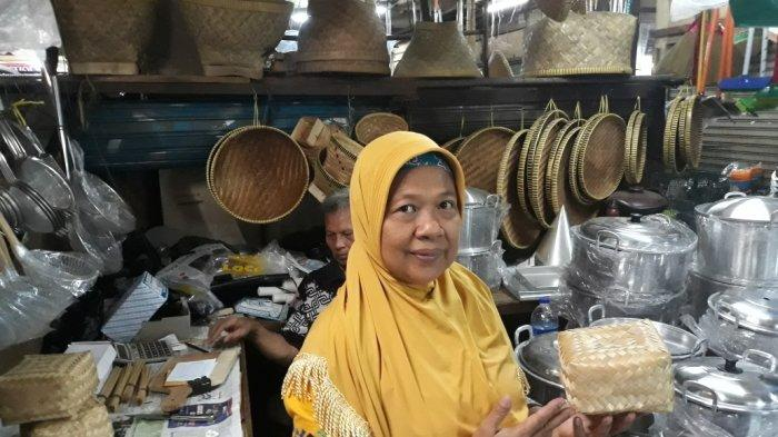 Pedagang di Pasar Grogol, Pesimis Besek Bambu Bakal Laris Saat Idul Adha
