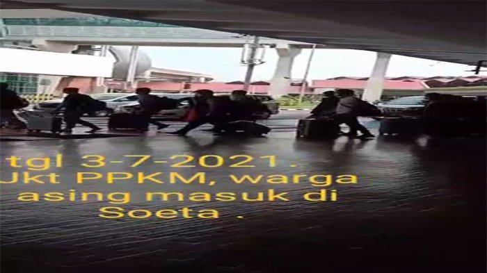Tangkapan layar video yang beredar diduga puluhan WNA China datang ke Bandara Soekarno-Hatta saat PPKM Darurat.