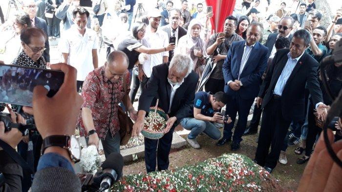 Ajak Puluhan Mahasiswa Timor Leste, Xanana Gusmao Ziarah ke Makam BJ Habibie