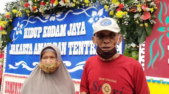 Yanto dan Yati melihat jajaran karangan bunga di depan Makodam Jaya, Kramat Jati, Jakarta Timur, Senin (23/11/2020).
