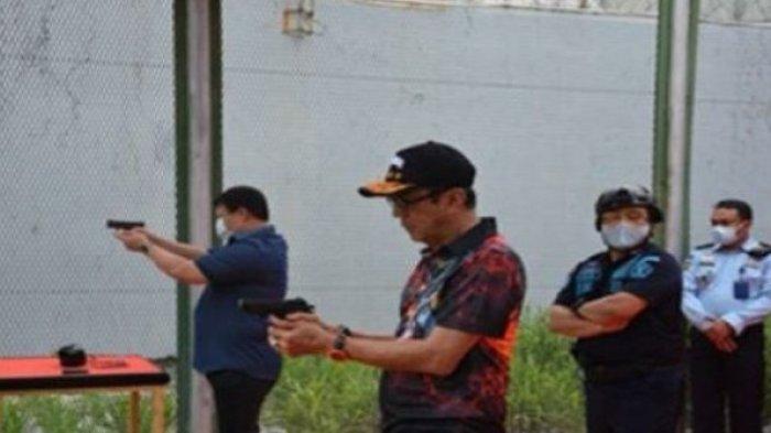 Menteri Hukum dan HAM Yasonna kini menekuni hobi barunya. Bahkan, meski masih terbilang baru, ia berhasil meraih juara 2 dalam kategori pistol eksekutif dan lomba tembak jarak 400 meter.
