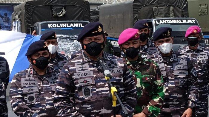 Kepala Staf Angkatan Laut Laksamana TNI Yudo Margono memimpin acara pemberangkatan 23 truk berisi bantuan untuk korban bencana banjir di Bekasi dan Karawang, Selasa (23/2/2021), dari Mako Kolinlamil, Tanjung Priok, Jakarta Utara.