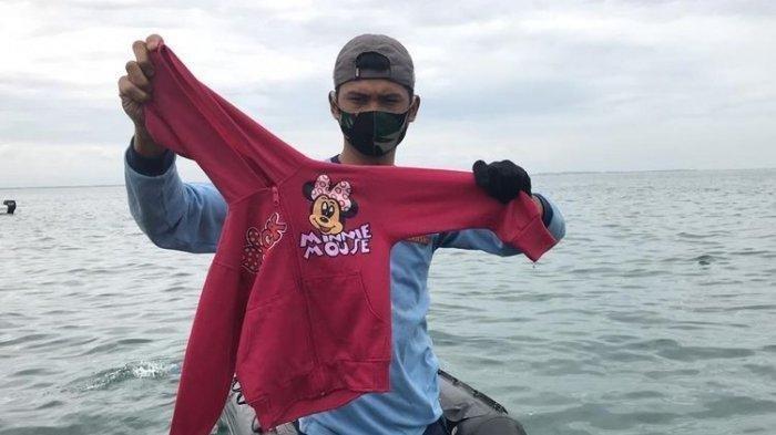 Jaket Minnie Mouse milik Yumna ditemukan utuh di antara puing Sriwijaya Air