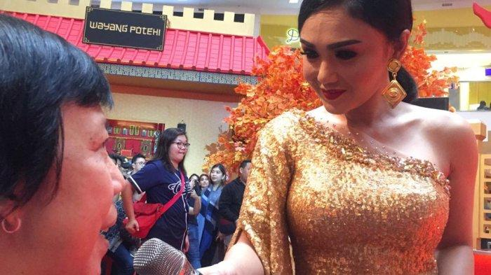 Yuni Shara Hibur Pengunjung Mal Ciputra Jakarta Barat yang Sambut Tahun Baru Imlek 2020