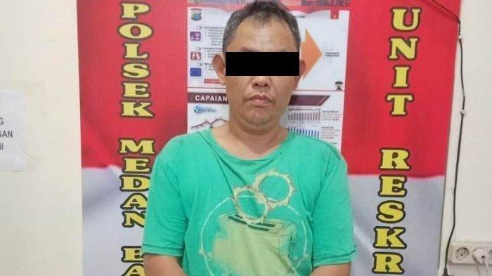 Yusuf Immanuel Saragih tersangka kasus penganiayaan terhadap kakak kandungnya setelah diamankan petugas Polsekta Medan Baru.