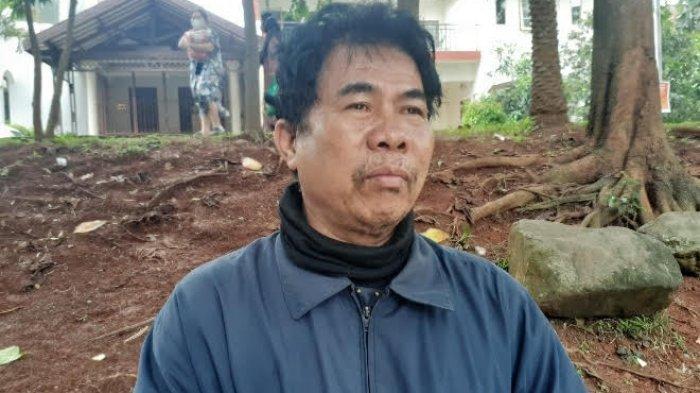 Zainudin (54) memandangi kali di dekat Perumahan Riverpark, Bintaro Sektor VIII, Pondok Aren, Tangerang Selatan (Tangsel), Senin (22/2/2021).