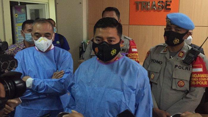 Bupati Tangerang Ahmed Zaki Iskandar dan Kapolresta Tangerang, Kombes Pol Wahyu Sri Bintoro saat menjenguk korban R di RSUD Kabupaten Tangerang, Selasa (30/3/2021).