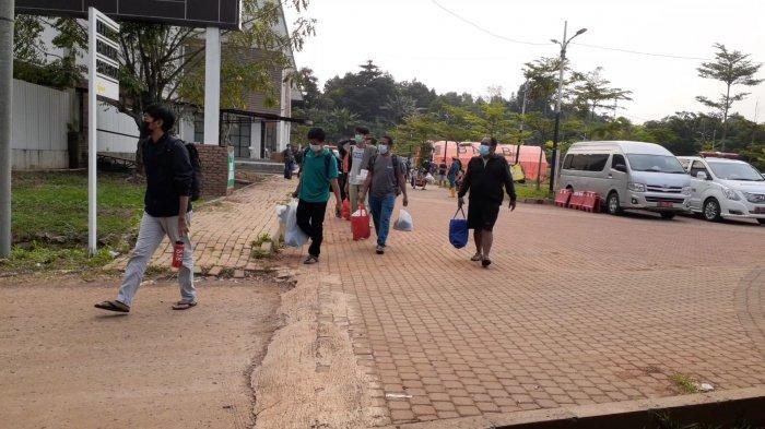 Pasien Covid-19 saat berpindah ke Zona 2 Rumah Lawan Covid-19 Tangsel, Rabu (17/3/2021).
