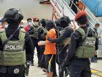 23-terduga-teroris-ji-menginjakan-kaki-di-apron-kargo-bandara-soekarno-hatta-1.jpg