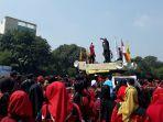 aksi-buruh-saat-merayakan-may-day-di-alun-alun-kota-bekasi-selasa-152018_20180501_131353.jpg