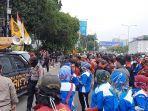 aksi-unjuk-rasa-buruh-di-depan-kantor-disnaker-kota-bekasi-selasa-17112020.jpg