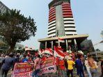 aksi-unjuk-rasa-di-depan-gedung-merah-putih-kpk-setiabudi-jakarta-selatan-1.jpg
