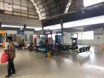 aktivitas-penumpang-di-stasiun-serpong-senin-23122019.jpg