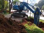 alat-berat-yang-digunakan-petugas-sudin-sda-untuk-menggali-tanah-yang-akan-digunakan.jpg