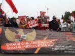 aliansi-masyarakat-papua-indonesia-ampi-bagi-bunga.jpg