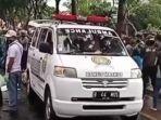 ambulans-yang-membawa-korban-kecelakaan-di-jalan-graha-raya-kelurahan-paku-jaya.jpg