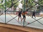 anak-bermain-bola-di-lapangan-futsal.jpg