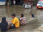anak-main-di-banjir.jpg