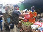 anggota-bppkb-banten-bagikan-bantuan-paket-sembako-di-jatinegara.jpg