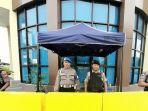 anggota-polisi-dari-polres-metro-jakarta-pusat-sedang-berjaga-jaga-di-gerbang.jpg