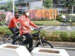 anies-gowes-sepeda-pake-batik.jpg