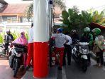 antrean-pengendara-sepeda-motor-di-spbu-kartini-pancoran-mas-depok_20180702_114405.jpg