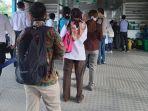 antrean-penumpang-di-halte-transjakarta-senin-1632020-a.jpg