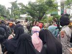 aparat-kepolisian-bubarkan-simpatisan-rizieq-shihab-yang-berada-di-sekitaran-pn-jakarta.jpg