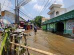 banjir-di-simpang-mampang-menggenangi-masjid-al-istiqomah-kamis-2392021.jpg