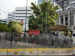 barrier-beton-dan-kawat-berduri-yang-tampak-terpasang-di-depan-gedung-mk.jpg