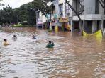 bocah-main-air-saat-banjir-rendam-jalan-graha-raya-boulevard.jpg