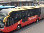 bus-transjakarta-jenis-articulated-dengan-merek-zhong-tong-melintas.jpg