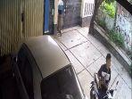 cctv-pencurian-sepeda-motor-di-sebuah-rumah-di-pondok-aren-1.jpg