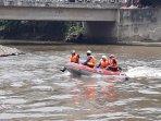 damkar-siapkan-perahu-evakuasi-1.jpg