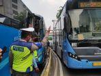 dua-bus-transjakarta-mengalami-tabrakan-beruntun-di-depan-indomobil-jalan-mt-haryono-pancoran-2.jpg