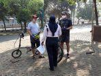 dua-pesepeda-yang-tidak-diperbolehkan-masuk-ke-taman-margasatwa-ragunan.jpg