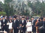 edhie-baskoro-yudhoyono-menanti-peti-jenazah-ibunya-di-pintu-masuk-tmpnu-kalibata.jpg