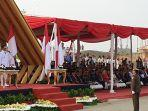 eko-saptono-selaku-komandan-upacara-sedang-melapor-kepada-gubernur-anies-baswedan.jpg