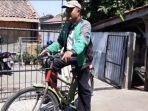 eko-susilo-driver-ojol-naik-sepeda.jpg