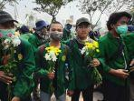 empat-mahasiswa-universitas-negeri-jakarta-memegang-bunga.jpg