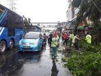 evakuasi-batang-pohon-yang-tumbang-di-jalan-mayjen-sutoyo-2.jpg