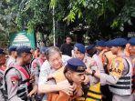 evakuasi-korban-banjir-keluarga-cipto-oleh-petugas.jpg