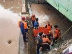 evakuasi-korban-tenggelam-di-bekasi.jpg