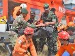 evakuasi-tim-gabungan-gempa-lombok_20180731_124244.jpg